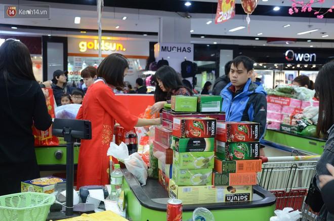 Chùm ảnh: Những ngày cận tết, người dân Hà Nội chen chân trong siêu thị để mua sắm - Ảnh 8.
