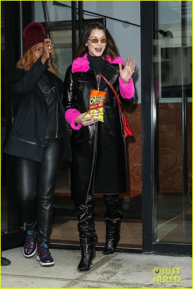 Là siêu mẫu hàng đầu, Kendall và Bella sở hữu những đôi chân khiến fan ngắm mãi không thôi - Ảnh 2.