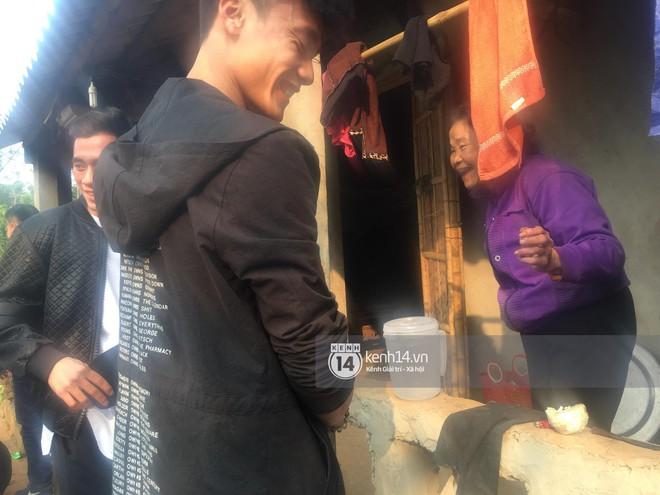 Vừa về đến nhà, hai anh em Tiến Dũng - Tiến Dụng đã đi tặng quà từ thiện cho gia đình khó khăn trong làng - Ảnh 6.