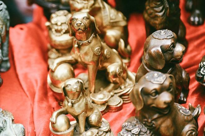Những món đồ khó định giá ở phiên chợ đồ cổ giữa thủ đô - Ảnh 4.