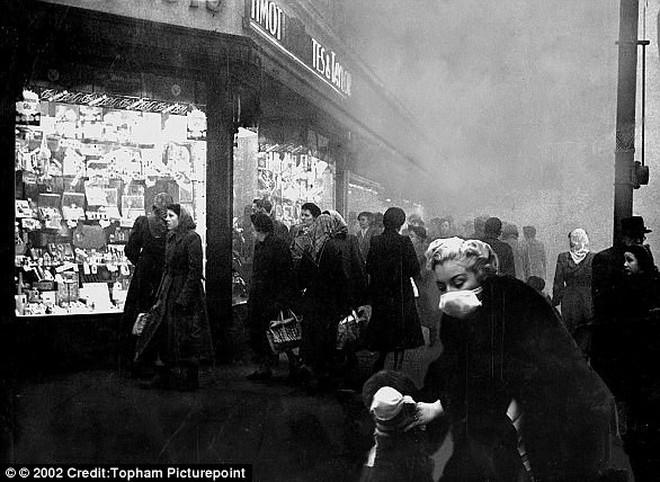 Để chống chọi lớp sương mù sát thủ người Anh xưa đã phát minh chiếc mũ bong bóng cá này - ảnh 6