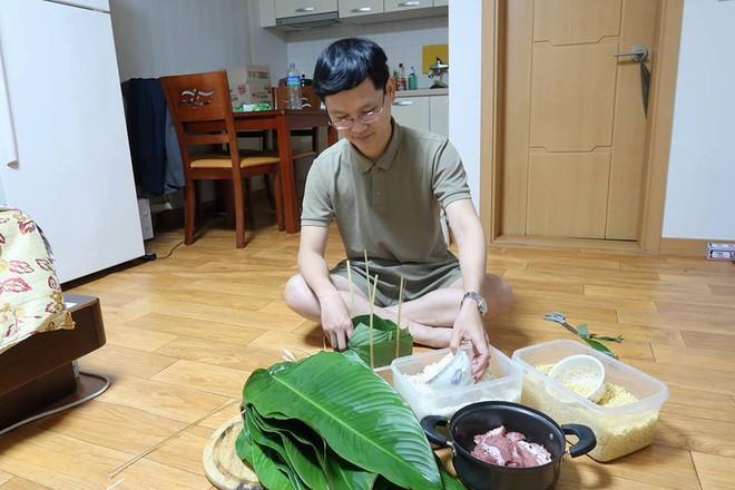 Du học sinh Việt dùng củi khô, gấp giấy ăn làm hoa đào, hoa mai đón Tết - Ảnh 6.