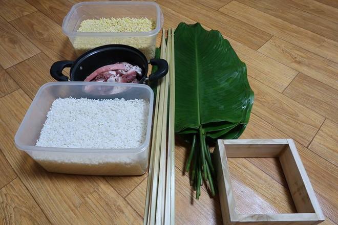 Du học sinh Việt dùng củi khô, gấp giấy ăn làm hoa đào, hoa mai đón Tết - Ảnh 7.