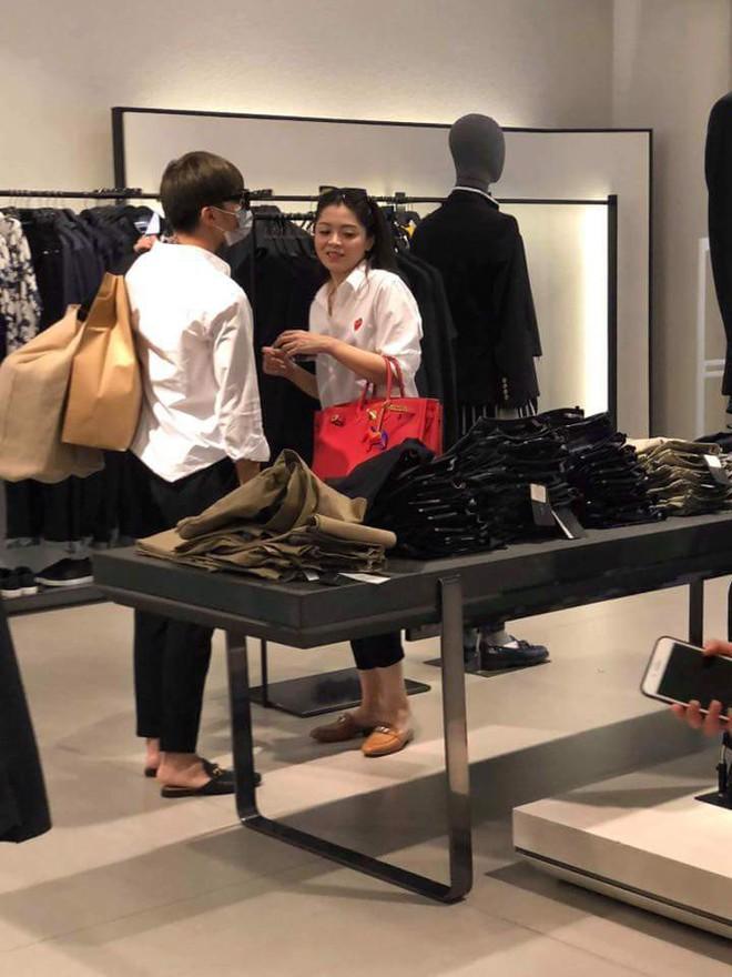 Soobin Hoàng Sơn lộ ảnh mặc đồ đôi, cùng đi mua sắm với bạn gái tin đồn? - Ảnh 2.
