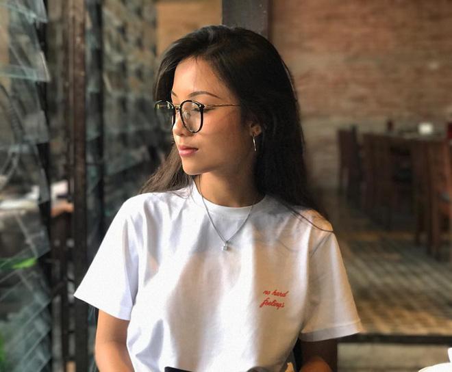 Tết đến, nhiều hot girl Việt đều đồng loạt nhuộm tóc đen và dùng thứ phụ kiện này - Ảnh 9.