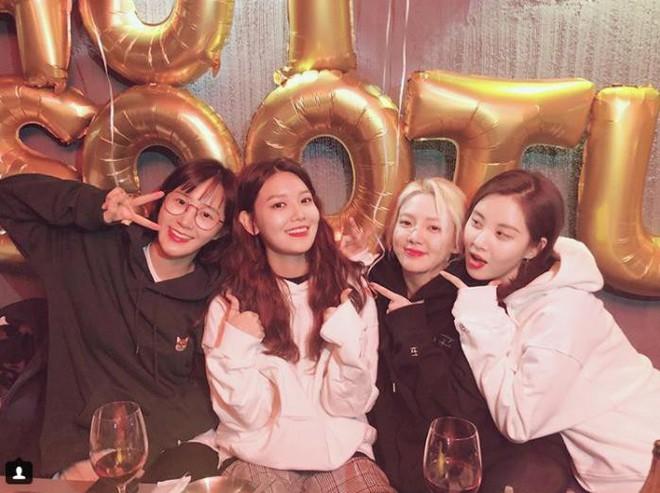SNSD tụ tập, tái hiện siêu hit Into The New World trong ngày sinh nhật Sooyoung - Ảnh 1.