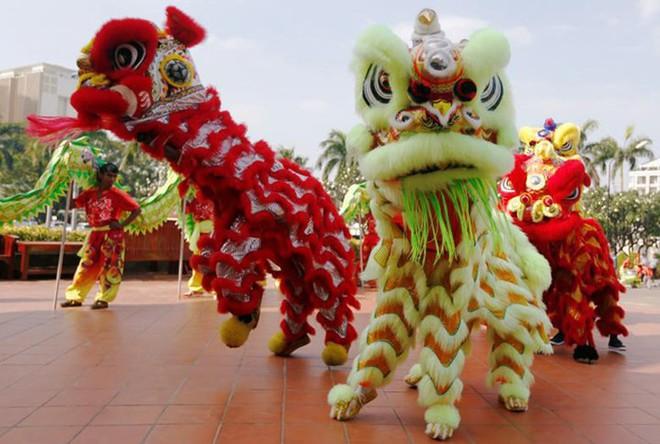 Châu Á ngập tràn sắc đỏ cùng linh vật chú chó chào Tết Nguyên Đán - ảnh 2