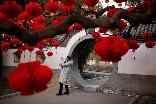 Châu Á ngập tràn sắc đỏ cùng linh vật chú chó chào Tết Nguyên Đán - ảnh 11