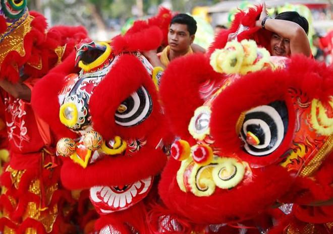 Châu Á ngập tràn sắc đỏ cùng linh vật chú chó chào Tết Nguyên Đán - ảnh 16