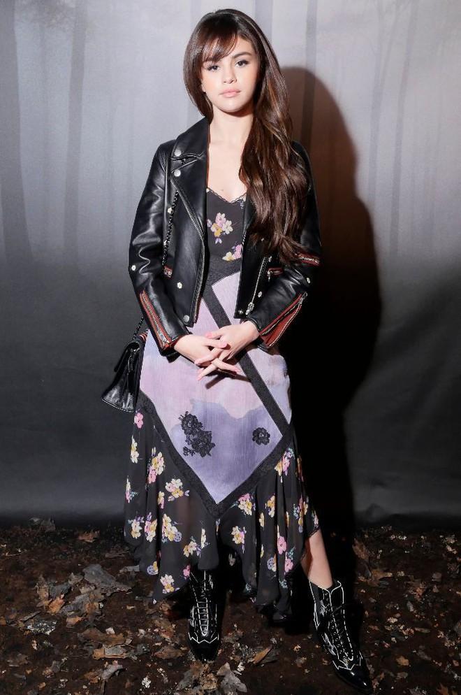 Cùng chễm chệ ghế đầu tại show thời trang, Selena Gomez và Park Shin Hye - nàng nào nổi bật hơn? - Ảnh 1.