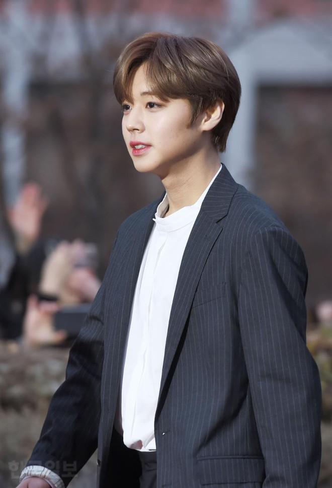Thảm đỏ Gaon 2018: Kang Daniel biểu hiện lạ sau tin hẹn hò, Tzuyu và IU lột xác bất ngờ giữa dàn mỹ nhân đẹp lung linh - ảnh 28
