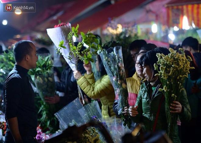 Chùm ảnh: Tấp nập chợ hoa Quảng An đêm trước giao thừa - ảnh 3