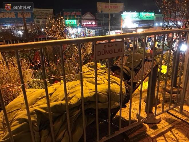 Chùm ảnh: Tấp nập chợ hoa Quảng An đêm trước giao thừa - ảnh 14