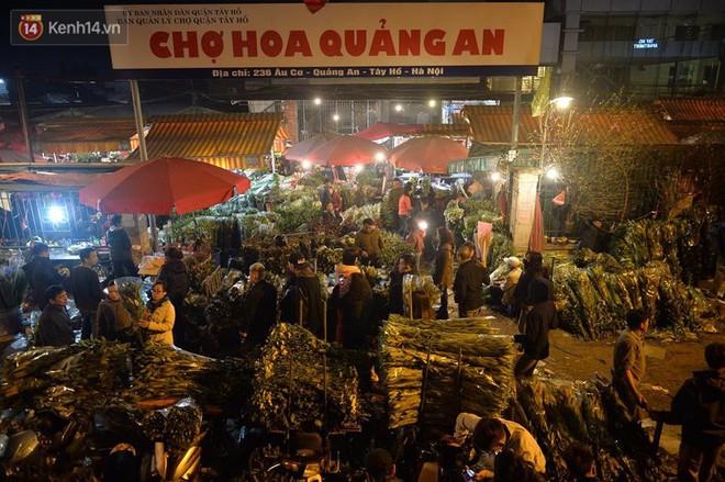 Chùm ảnh: Tấp nập chợ hoa Quảng An đêm trước giao thừa - ảnh 1