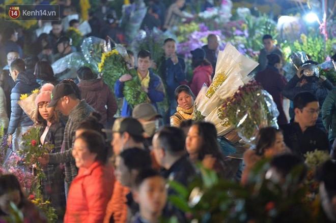 Chùm ảnh: Tấp nập chợ hoa Quảng An đêm trước giao thừa - ảnh 11