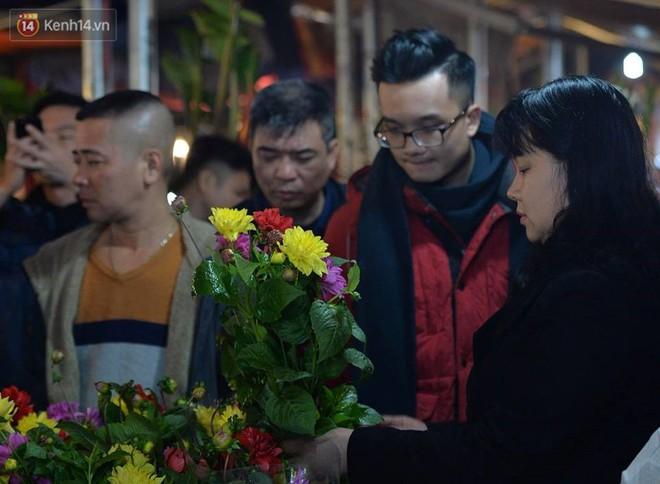 Chùm ảnh: Tấp nập chợ hoa Quảng An đêm trước giao thừa - ảnh 4