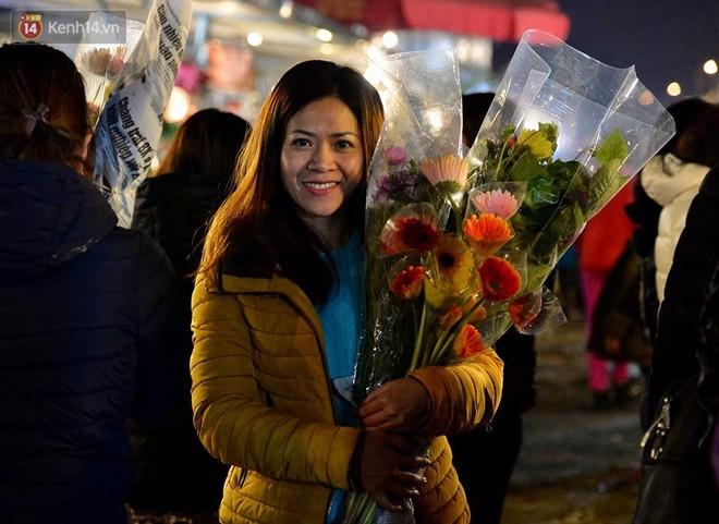 Chùm ảnh: Tấp nập chợ hoa Quảng An đêm trước giao thừa - ảnh 12