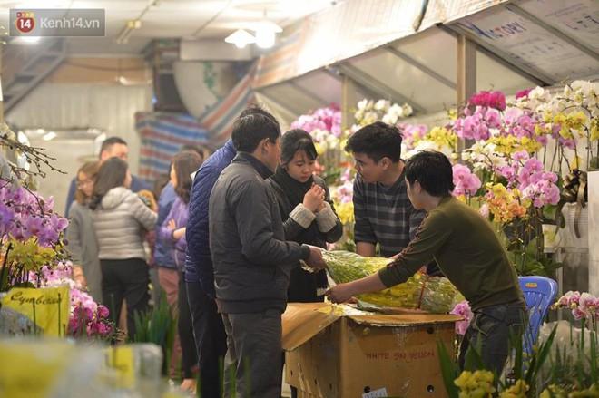 Chùm ảnh: Tấp nập chợ hoa Quảng An đêm trước giao thừa - ảnh 10