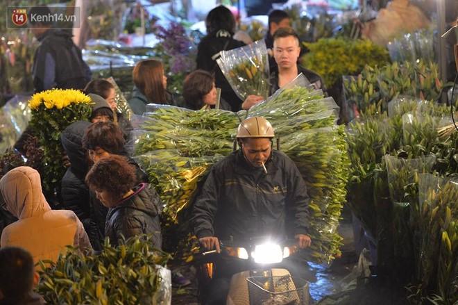 Chùm ảnh: Tấp nập chợ hoa Quảng An đêm trước giao thừa - ảnh 9