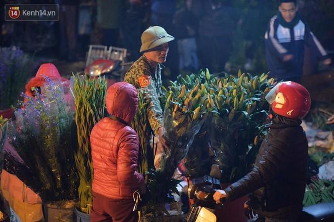 Chùm ảnh: Tấp nập chợ hoa Quảng An đêm trước giao thừa - ảnh 7