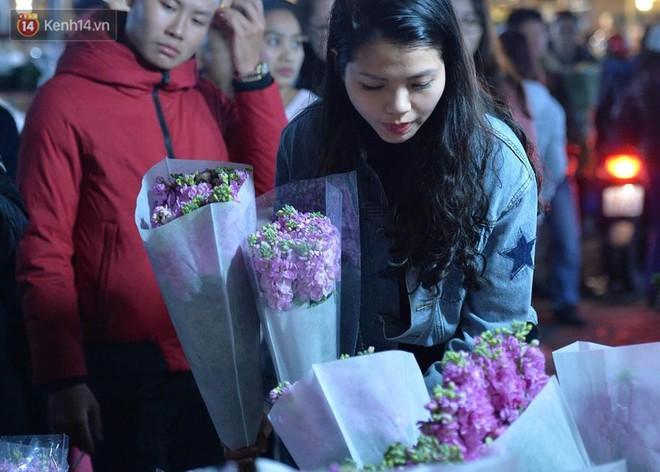 Chùm ảnh: Tấp nập chợ hoa Quảng An đêm trước giao thừa - ảnh 13