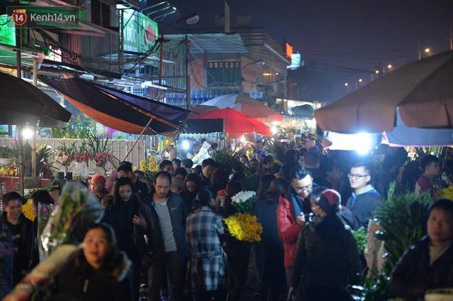 Chùm ảnh: Tấp nập chợ hoa Quảng An đêm trước giao thừa - ảnh 5
