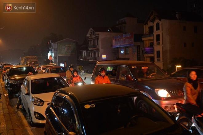 Chùm ảnh: Tấp nập chợ hoa Quảng An đêm trước giao thừa - ảnh 15