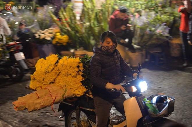 Chùm ảnh: Tấp nập chợ hoa Quảng An đêm trước giao thừa - ảnh 8