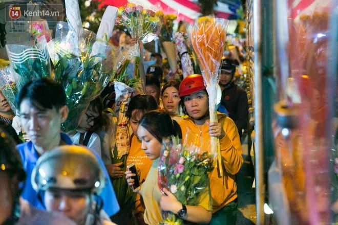 Chùm ảnh: Tối 29 Tết, chợ hoa lớn nhất Sài Gòn vẫn chật kín người mua kẻ bán - ảnh 11