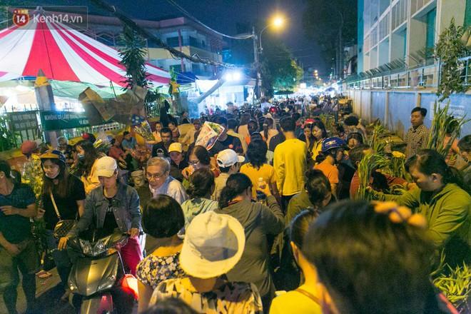 Chùm ảnh: Tối 29 Tết, chợ hoa lớn nhất Sài Gòn vẫn chật kín người mua kẻ bán - ảnh 3