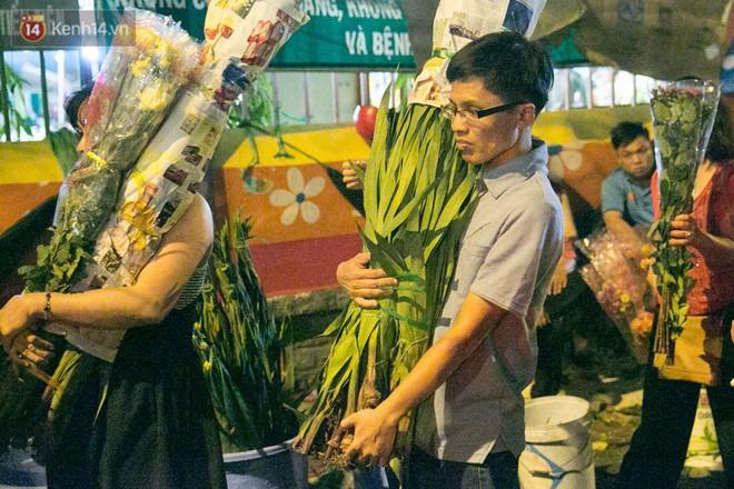 Chùm ảnh: Tối 29 Tết, chợ hoa lớn nhất Sài Gòn vẫn chật kín người mua kẻ bán - ảnh 10