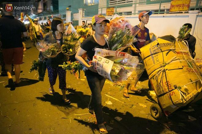 Chùm ảnh: Tối 29 Tết, chợ hoa lớn nhất Sài Gòn vẫn chật kín người mua kẻ bán - ảnh 9