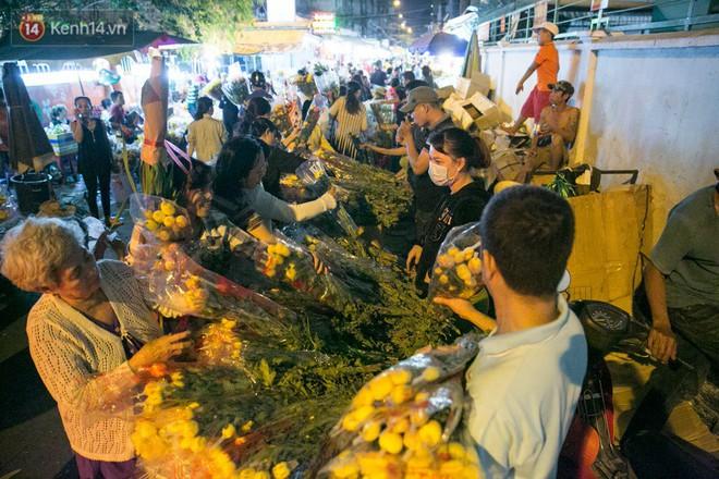 Chùm ảnh: Tối 29 Tết, chợ hoa lớn nhất Sài Gòn vẫn chật kín người mua kẻ bán - ảnh 12