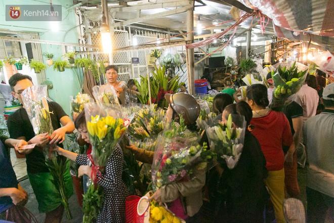 Chùm ảnh: Tối 29 Tết, chợ hoa lớn nhất Sài Gòn vẫn chật kín người mua kẻ bán - ảnh 2