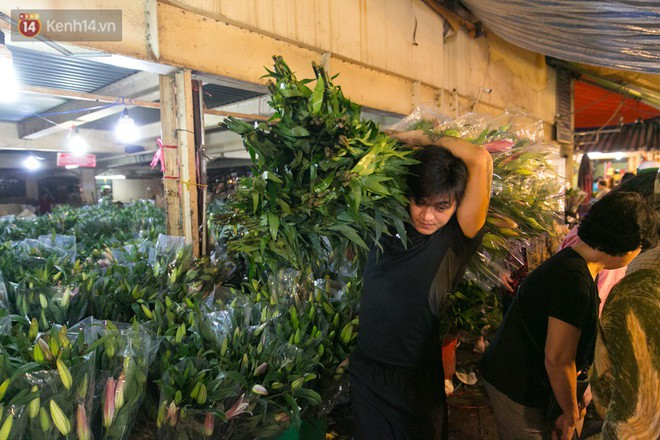 Chùm ảnh: Tối 29 Tết, chợ hoa lớn nhất Sài Gòn vẫn chật kín người mua kẻ bán - ảnh 7