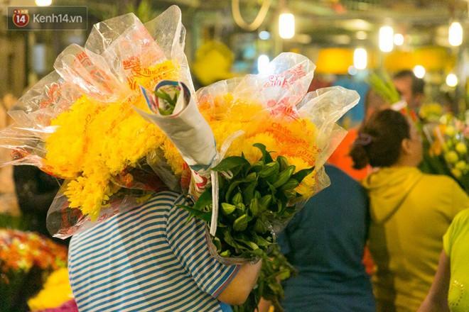 Chùm ảnh: Tối 29 Tết, chợ hoa lớn nhất Sài Gòn vẫn chật kín người mua kẻ bán - ảnh 6