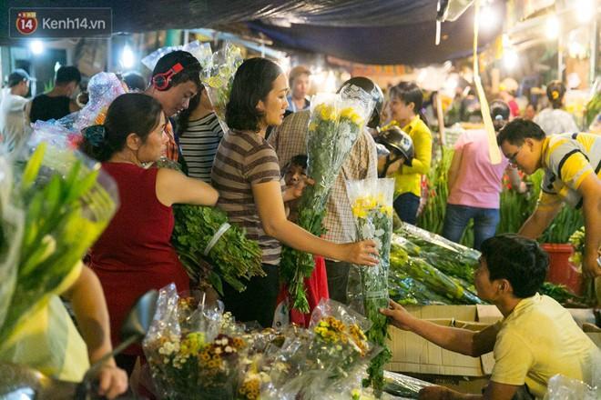 Chùm ảnh: Tối 29 Tết, chợ hoa lớn nhất Sài Gòn vẫn chật kín người mua kẻ bán - ảnh 8