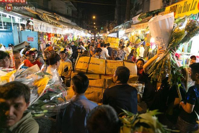Chùm ảnh: Tối 29 Tết, chợ hoa lớn nhất Sài Gòn vẫn chật kín người mua kẻ bán - ảnh 1