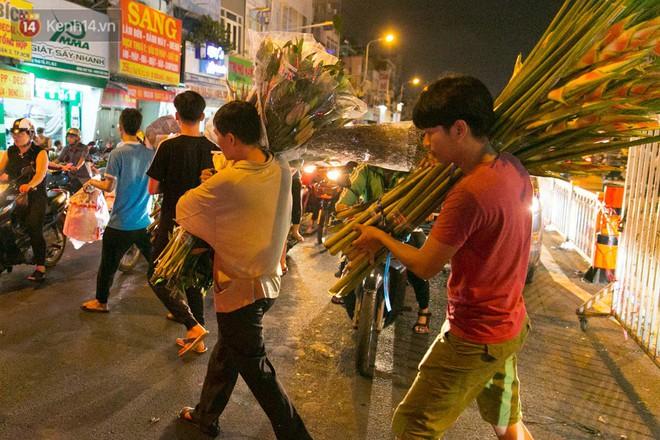 Chùm ảnh: Tối 29 Tết, chợ hoa lớn nhất Sài Gòn vẫn chật kín người mua kẻ bán - ảnh 5