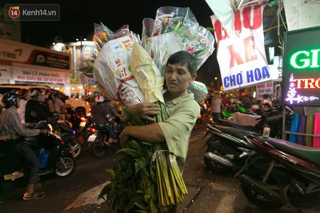 Chùm ảnh: Tối 29 Tết, chợ hoa lớn nhất Sài Gòn vẫn chật kín người mua kẻ bán - ảnh 4