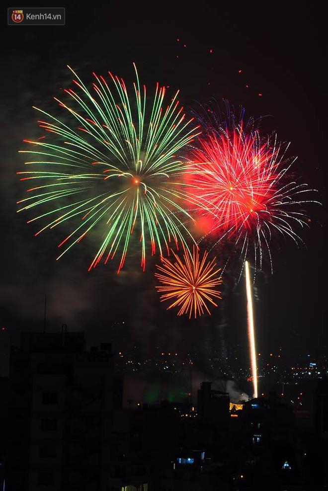 Người Sài Gòn - Hà Nội mãn nhãn với những loạt pháo hoa đầy màu sắc trong thời khắc chuyển giao năm mới 2018 - ảnh 12