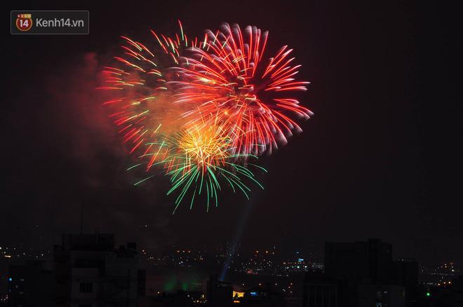 Người Sài Gòn - Hà Nội mãn nhãn với những loạt pháo hoa đầy màu sắc trong thời khắc chuyển giao năm mới 2018 - ảnh 10