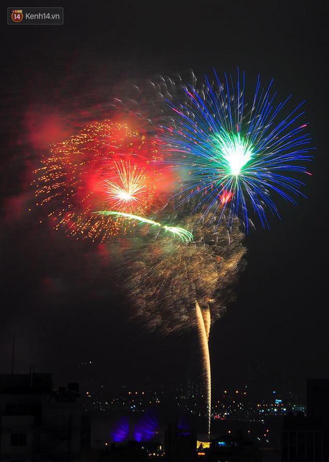 Người Sài Gòn - Hà Nội mãn nhãn với những loạt pháo hoa đầy màu sắc trong thời khắc chuyển giao năm mới 2018 - ảnh 9