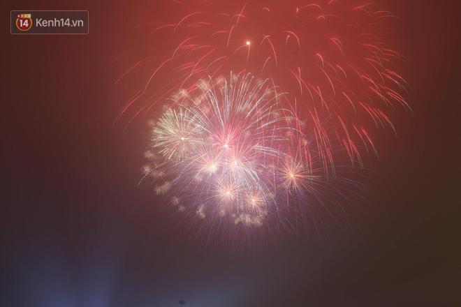 Người Sài Gòn - Hà Nội mãn nhãn với những loạt pháo hoa đầy màu sắc trong thời khắc chuyển giao năm mới 2018 - ảnh 4