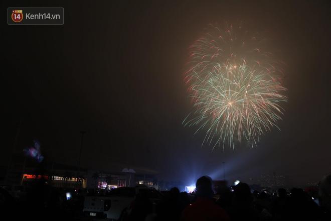Người Sài Gòn - Hà Nội mãn nhãn với những loạt pháo hoa đầy màu sắc trong thời khắc chuyển giao năm mới 2018 - ảnh 3