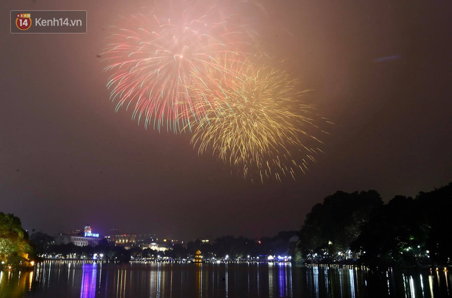 Người Sài Gòn - Hà Nội mãn nhãn với những loạt pháo hoa đầy màu sắc trong thời khắc chuyển giao năm mới 2018 - ảnh 2