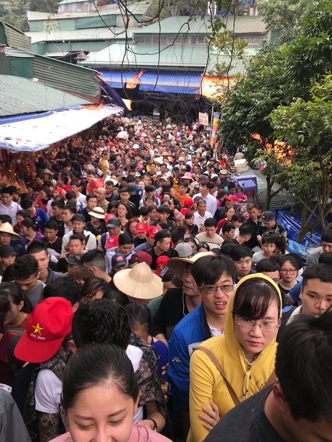 Clip: Dòng người đông nghịt, chen chúc đổ về chùa Hương dù chưa đến ngày khai hội - Ảnh 2.