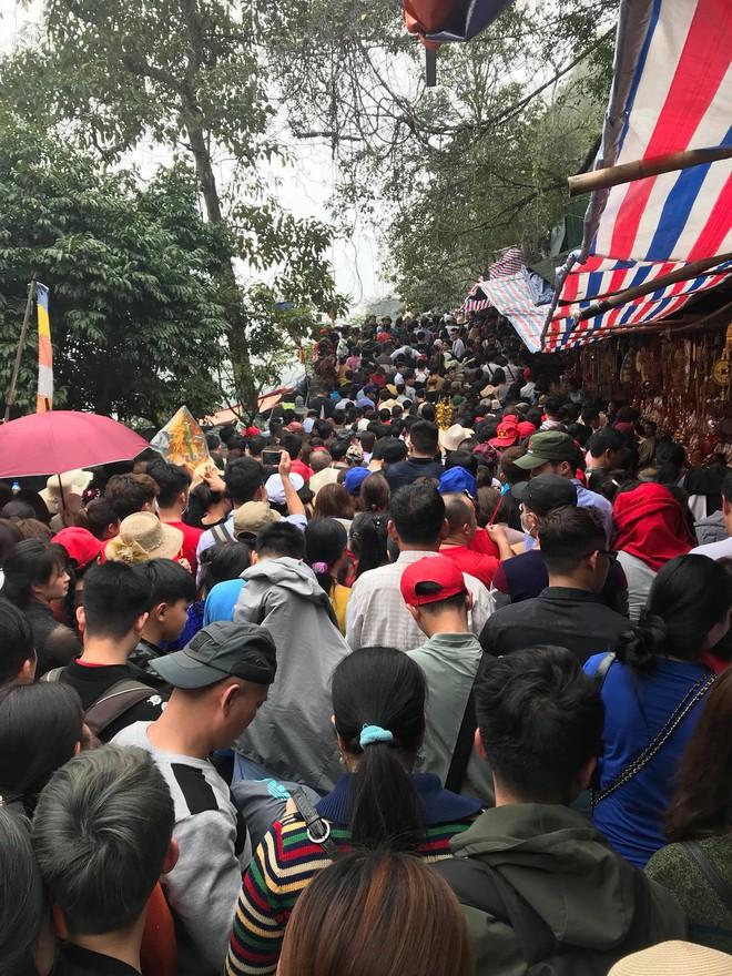 Clip: Dòng người đông nghịt, chen chúc đổ về chùa Hương dù chưa đến ngày khai hội - Ảnh 3.
