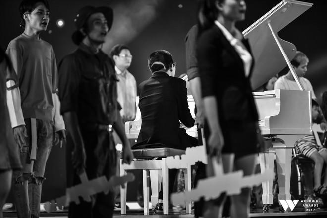 Khoảnh khắc WeChoice Awards: Đẹp nhất là khi Sơn Tùng, bé Bôm và các nghệ sĩ Việt cùng chậm lại trong dòng cảm xúc vỡ òa - ảnh 6