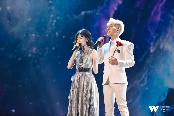 Khoảnh khắc WeChoice Awards: Đẹp nhất là khi Sơn Tùng, bé Bôm và các nghệ sĩ Việt cùng chậm lại trong dòng cảm xúc vỡ òa - ảnh 24